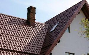 Металочерепиця валенсия на даху коричнева