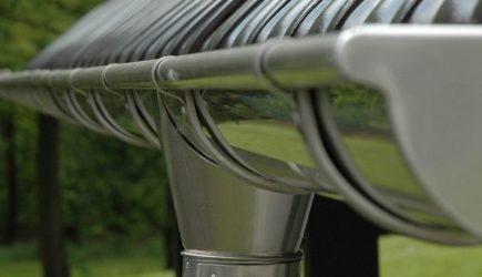 Какие водосточные системы лучше: пластик или металл